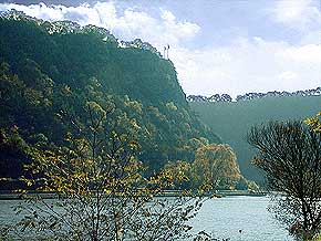 Lorelei rock in opposite light. View from the Lorelei harbor wall in the Rhine, 6. November 1998, © Picture: WHO, Wilhelm Hermann, Oberwesel